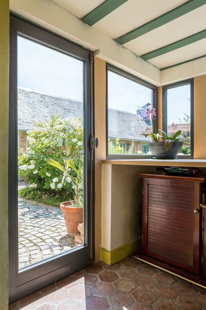 Une image contenant fenêtre, intérieur, plancher, bâtiment  Description générée automatiquement