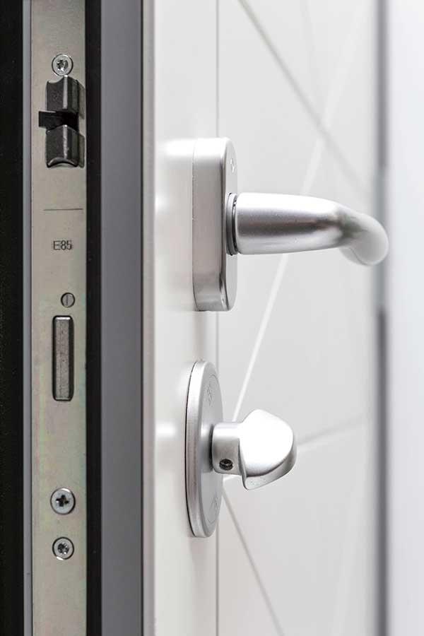 Une image contenant objets métalliques, intérieur, serrure, blanc  Description générée automatiquement