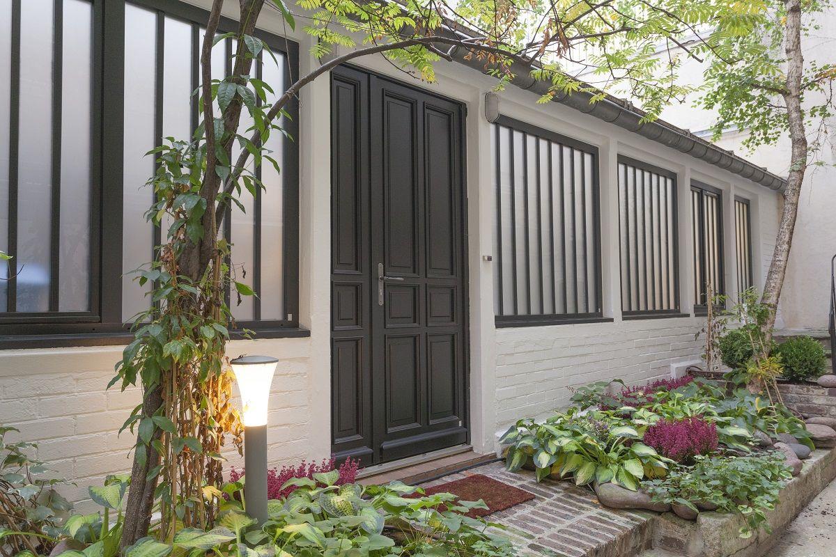 Une image contenant extérieur, bâtiment, plante, porche  Description générée automatiquement