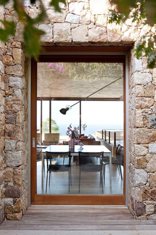 Une image contenant fenêtre, bâtiment, porche, pierre  Description générée automatiquement