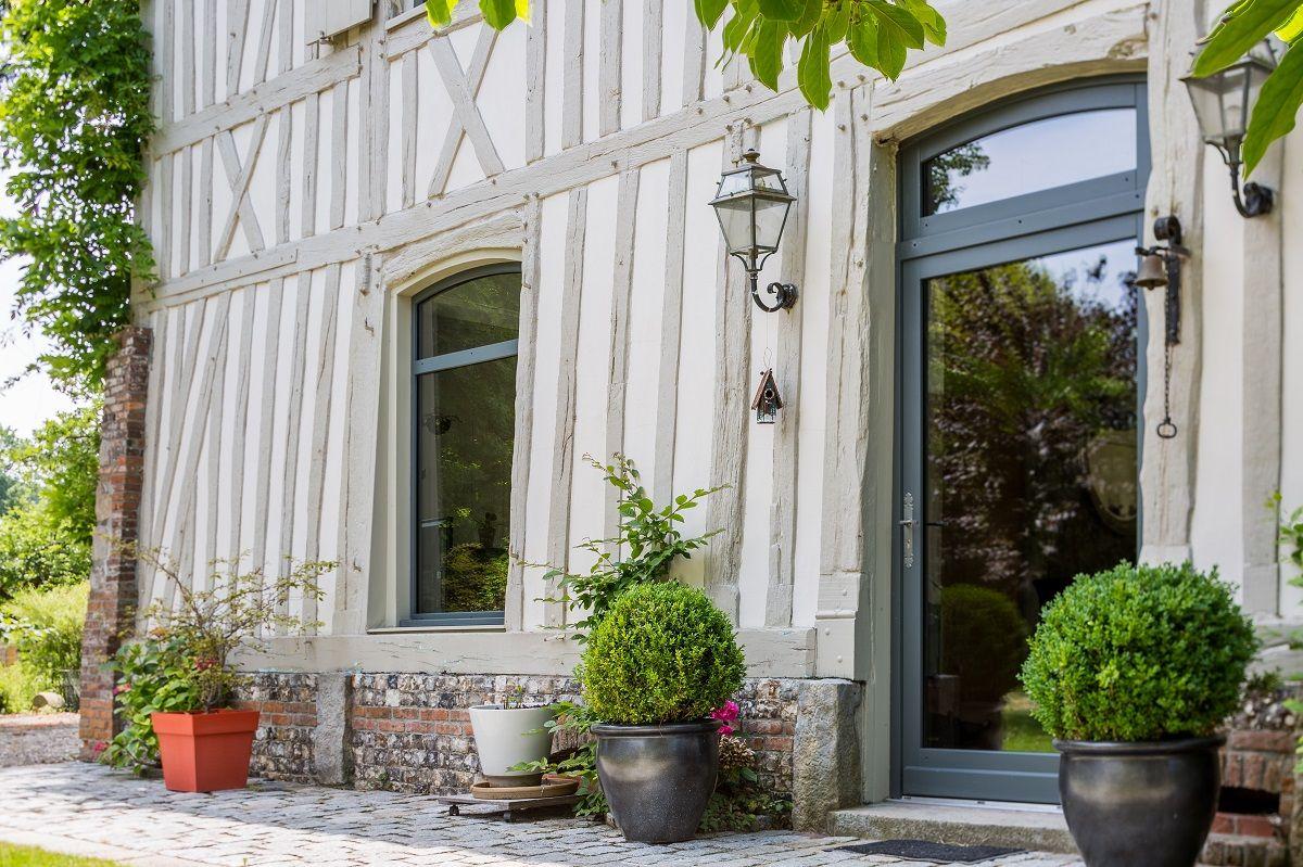 Une image contenant extérieur, arbre, plante, porche  Description générée automatiquement